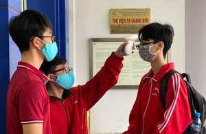 Sinh viên xếp hàng đo thân nhiệt trong ngày đầu trở lại trường