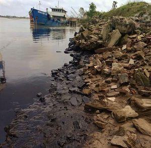 Bờ sông Lam xuất hiện vệt dầu thải đen kịt