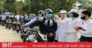 Hơn 48 ngàn học sinh THPT Hà Tĩnh đi học lại: Đo thân nhiệt trước cổng trường, bài học đầu tiên là truyền thông phòng dịch!