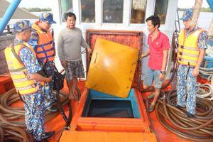 Cảnh sát biển tạm giữ tàu chở 80.000 lít dầu không rõ nguồn gốc
