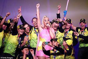 Katy Perry mang bầu 6 tháng vẫn nhảy múa nhiệt tình trên sân khấu