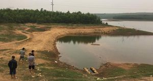 Trượt chân ngã xuống hồ, 2 học sinh đuối nước thương tâm