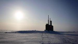 Kinh ngạc xem tàu ngầm Mỹ trồi lên từ dưới lớp băng dày