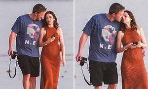 'Bond Girl' Ana de Armas 'thả rông' vòng 1, dạo biển lãng mạn bên Ben Affleck