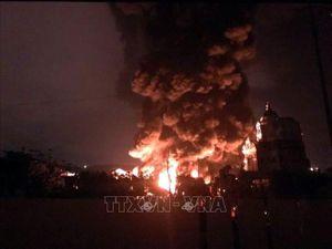 Cháy lớn nhà xưởng chứa lốp ô tô và dầu máy tại Cẩm Phả