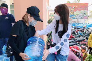 Hari Won trao 1.610 bình nước cho người dân Tiền Giang