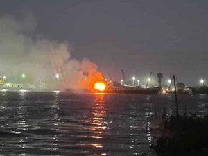 Tàu chở xăng phát nổ trên sông Đồng Nai, 3 người tử vong