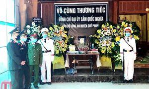 Đồng đội, người thân thương tiếc tiễn đưa Đại úy Sầm Quốc Nghĩa