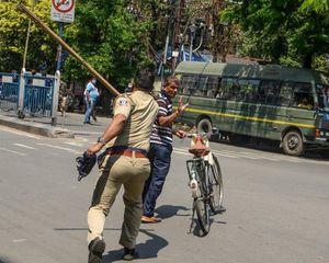 Ấn Độ phong tỏa toàn quốc, cảnh sát mang roi phạt người vi phạm