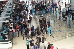 Tạm dừng các chuyến bay đưa người Việt về sân bay Nội Bài