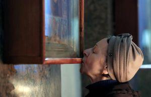 Ca nhiễm tăng mạnh, nhà thờ Nga vẫn giữ truyền thống hôn thánh tích