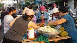 Trước lệnh cách ly toàn xã hội, hàng trăm người dân TP.HCM vẫn tụ tập họp chợ