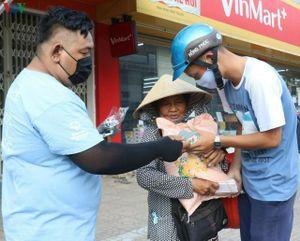 Hỗ trợ nhu yếu phẩm cho hơn 3.200 người bán vé số dạo ở Cần Thơ