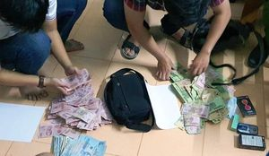 Hai đối tượng dùng dao khống chế nhân viên, cướp ngân hàng giữa ban ngày