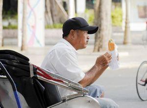 Phát bánh mì, tặng quà, khẩu trang cho người nghèo