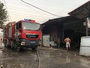 Công ty gỗ tại Bình Dương bốc cháy dữ dội