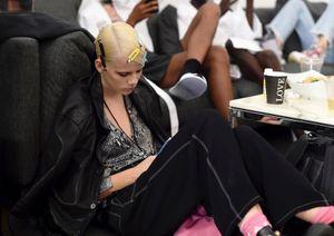 Người mẫu đứng nhiều giờ để giữ váy, mệt mỏi đến ngủ gục ở hậu trường