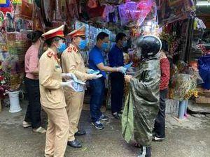 Phát khẩu trang miễn phí tại chợ Rồng Ninh Bình