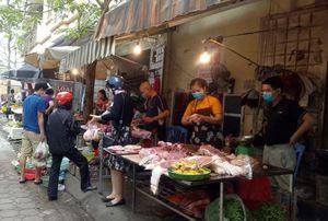 Cách ly xã hội: Chợ giảm giá rau thịt, siêu thị vẫn ở mức cao