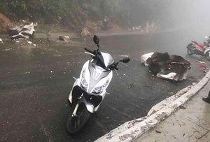 Đâm phải tảng đá rơi từ trên núi xuống, người đàn ông phải nhập viện cấp cứu
