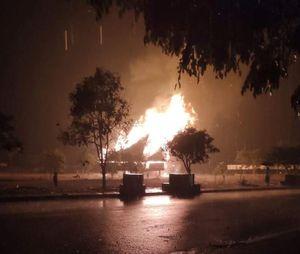 Nhà rông văn hóa huyện bị sét đánh cháy