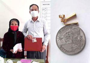 Cụ bà 90 tuổi ở Phú Thọ ủng hộ đôi bông tai vàng cho phòng, chống dịch