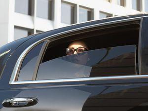 Nhà giàu Mỹ vung tiền thuê limousine đưa thư tới nơi trú ẩn