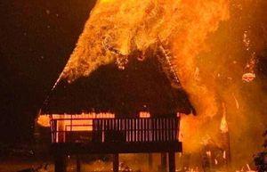 Nhà rông văn hóa ở Kon Tum bị sét đánh cháy ngùn ngụt trong đêm