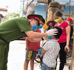 Công an xã chính quy tuần tra đường làng ngõ xóm, nhắc nhở người dân đeo khẩu trang