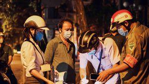 Người dân TP.HCM bị phạt vì không đeo khẩu trang khi ngồi trước nhà