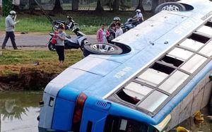 Chở 22 công nhân đi làm, xe khách lao thẳng xuống ao