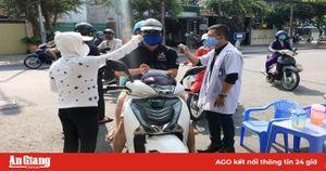 Nhắc nhở, xử phạt một số trường hợp không đeo khẩu trang nơi công cộng ở TP. Long Xuyên