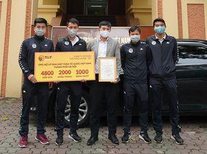 Hùng Dũng và đồng đội trích lương tặng quà y bác sĩ chống dịch COVID-19
