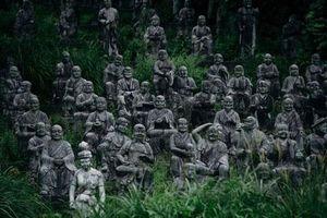 Kinh dị: 800 bức tượng đá 'trừng mắt theo dõi mọi hành động của bạn'