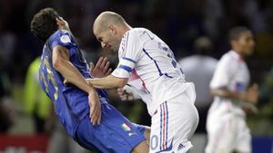 Zidane bị đồng đội từ mặt sau cú húc đầu ở World Cup