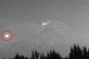 Vật thể phát sáng kì lạ bay qua núi lửa 700.000 năm tuổi ở Mexico