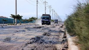 Đoàn xe quá tải cày nát đường trục Khu kinh tế Nhơn Hội