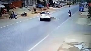 Thanh niên lao ra đường, bị ô tô tông bay lên không trung