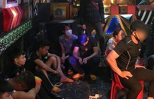 Đột kích quán karaoke vùng quê, phát hiện 30 thanh niên 'phê' ma túy