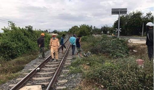 Cố vượt đường sắt, người phụ nữ đi xe đạp điện bị tàu đâm tử vong