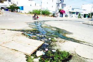 Nước chảy tràn ra đường