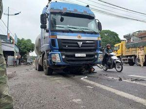 Tai nạn liên hoàn tại ngã tư, cụ ông bị xe container tông tử vong