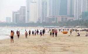 Ngày đầu hết cách ly, người Đà Nẵng đổ ra biển nô đùa với sóng