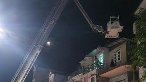 Nguyên nhân người phụ nữ nhảy lên mái nhà hàng xóm đòi tự tử