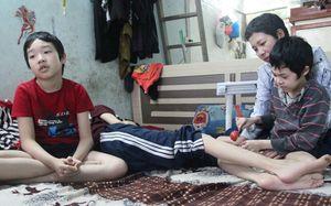 Số phận éo le của người mẹ nuôi 3 đứa con mắc bạo bệnh ở Hà Nội: 'Tôi từng nghĩ đến cái chết để giải thoát tất cả'