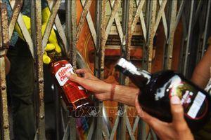 Ấn Độ đánh thuế rượu tới 70% để... giãn cách xã hội