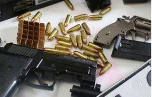 Cảnh sát bắt kẻ mua bán ma túy thủ súng đã lên đạn