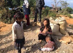 Hoàn cảnh đáng thương của mẹ mù đơn thân Sùng Thị Sông, hàng ngày đi ăn xin để nuôi 3 con nhỏ