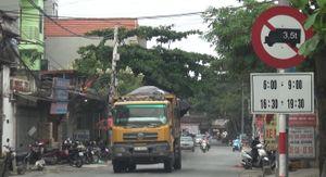 Hà Nội: Xe tải trọng lớn náo loạn đường cấm giữa ban ngày