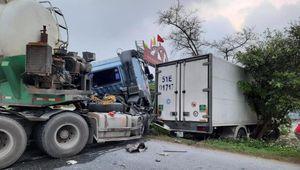 Xe bồn đấu đầu xe tải, cả hai nát đầu trên Quốc lộ 10 ở Thái Bình